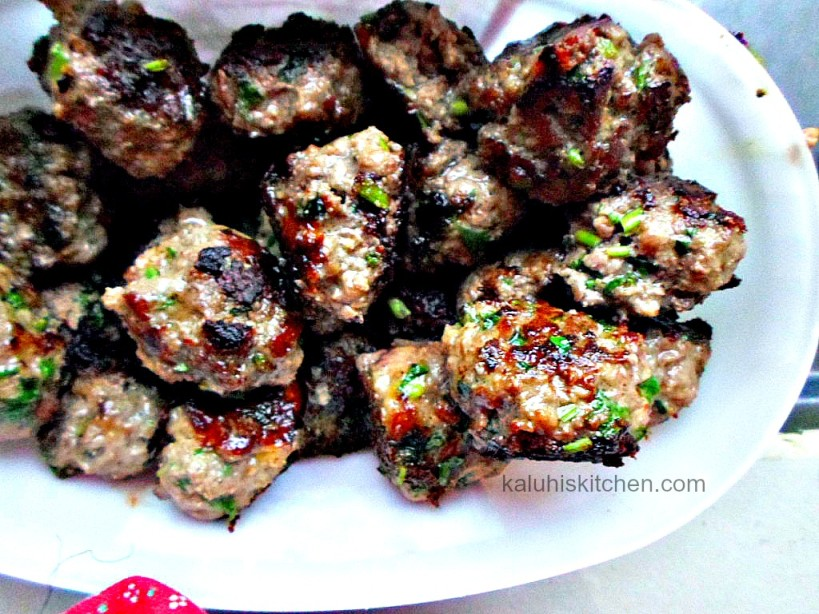 letting meat rest for a while relaxes its muscles and realeases its juices making it super moist and really tender_How to make meatballs_meatball recipes